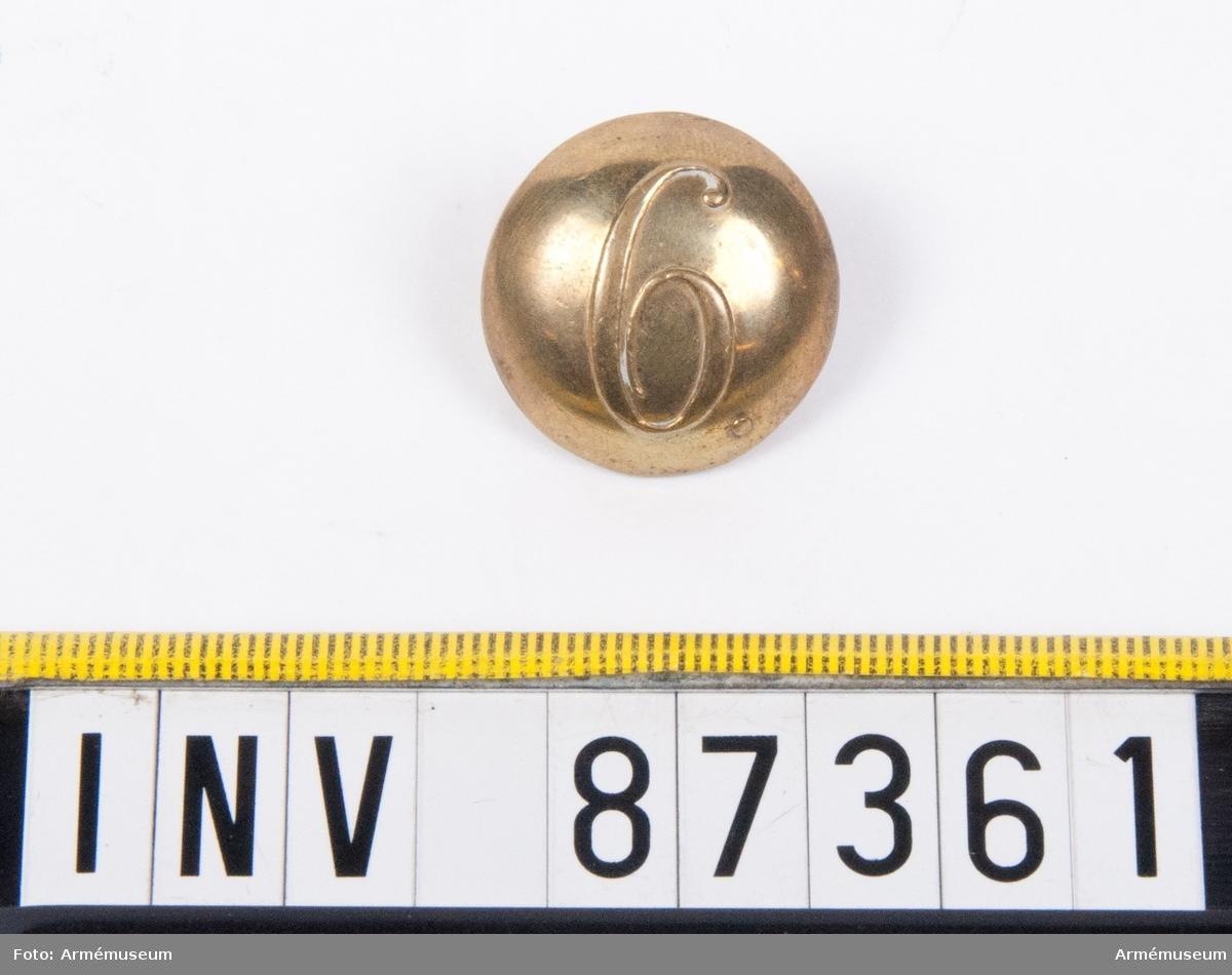 Grupp C. En knapp med siffran 6. Tillverkad av L. W. Boström, Stockholm.