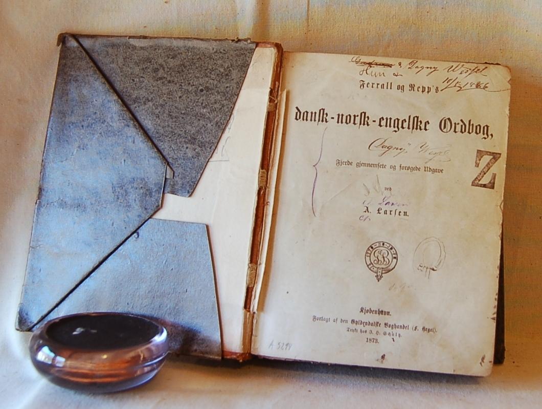 Filosofen Peter Wessel Zapffe og hans kone Berit testamenterte sin eiendom på Båstad i Asker til Universitetet i Oslo. Da det ble besluttet å selge eiendommen i 2009 ble deler av P.W. Zapffes arbeidsrom og andre eiendeler overlatt til Asker Museum. Denne samlingen inngår nå som en permanent utstilling på museet. Løst bokomslag av papir