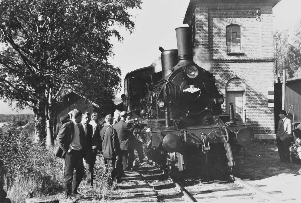 A/L Hølandsbanens veterantog har ankommet Krøderen stasjon. Vannfylling på damplokomotiv 18c 245.