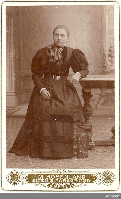 Kvinne i bykjole, heilfigur