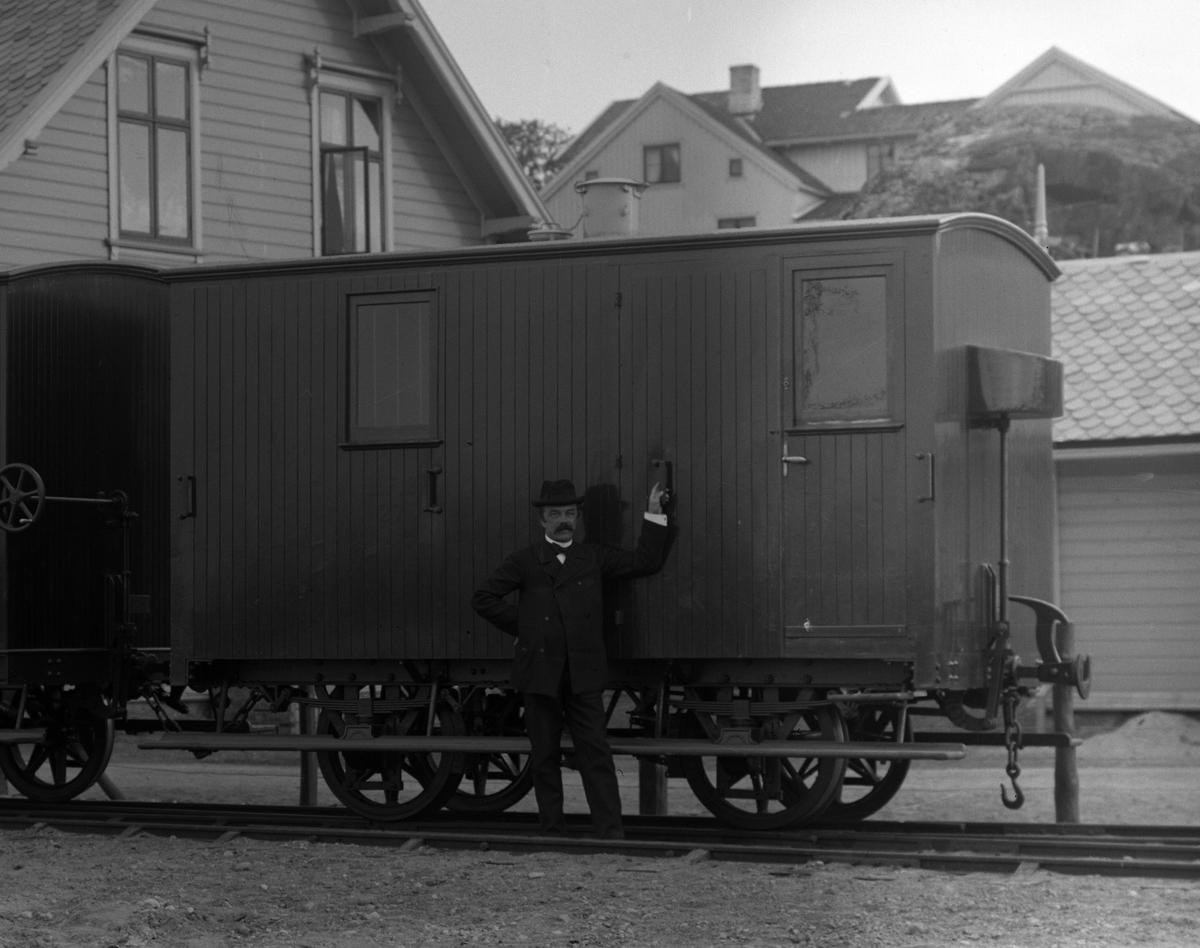 Lukket godsvogn/konduktørvogn for Lillesand-Flaksvandbanen kort tid etter leveranse. Vognen har mangelikhetstrekk med F19 og F20 på Urskogbanen .