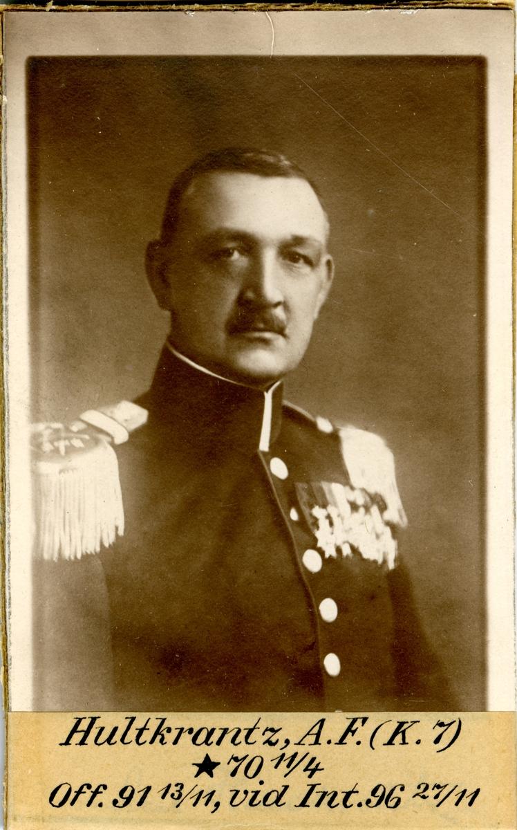 Porträtt av Axel Fredrik Hultkrantz, officer vid Kronprinsens husarregemente K 7 och Intendenturkåren.  Se även bild AMA.0009717.