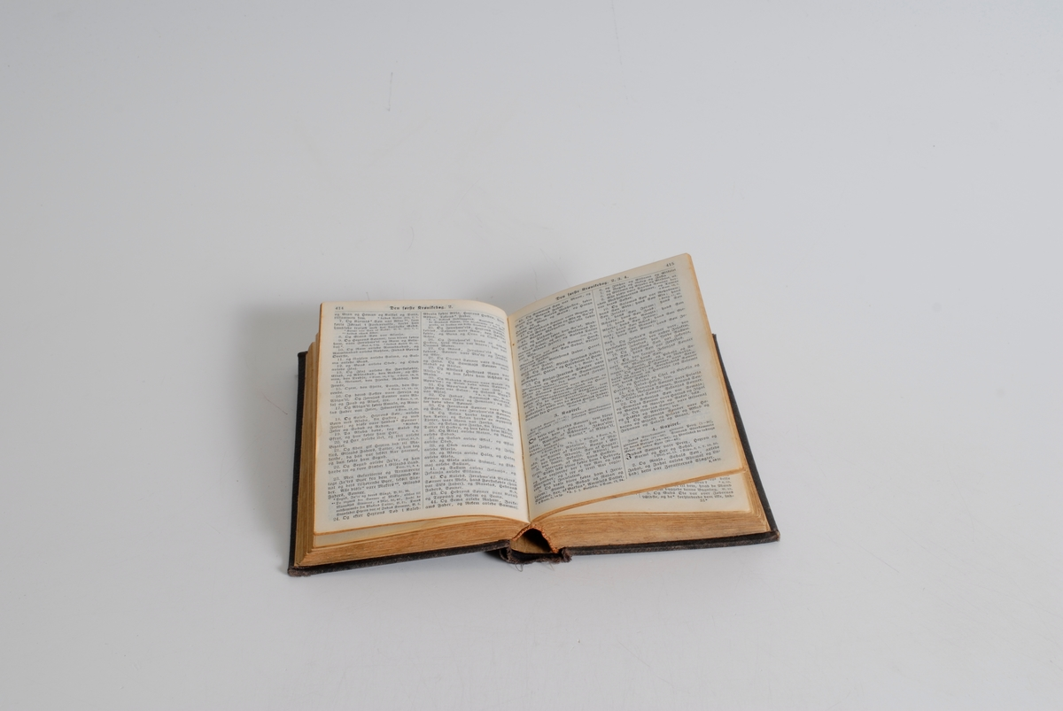 """""""Bibelen"""" i gullskr. på rygg. Kors på front."""