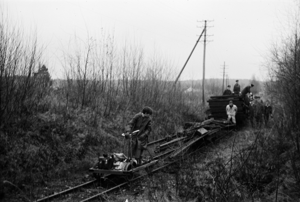 Dugnadsgjengen på museumsbanen Urskog-Hølandsbanen transporterer deler til sporveksler og et større lass med sviller.