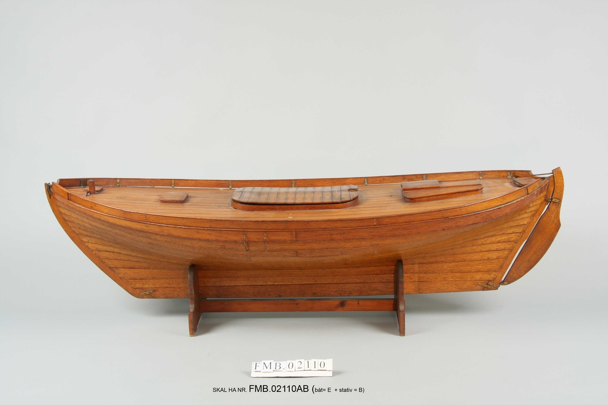Modell av drivgarnsbåt som står på sokkel.