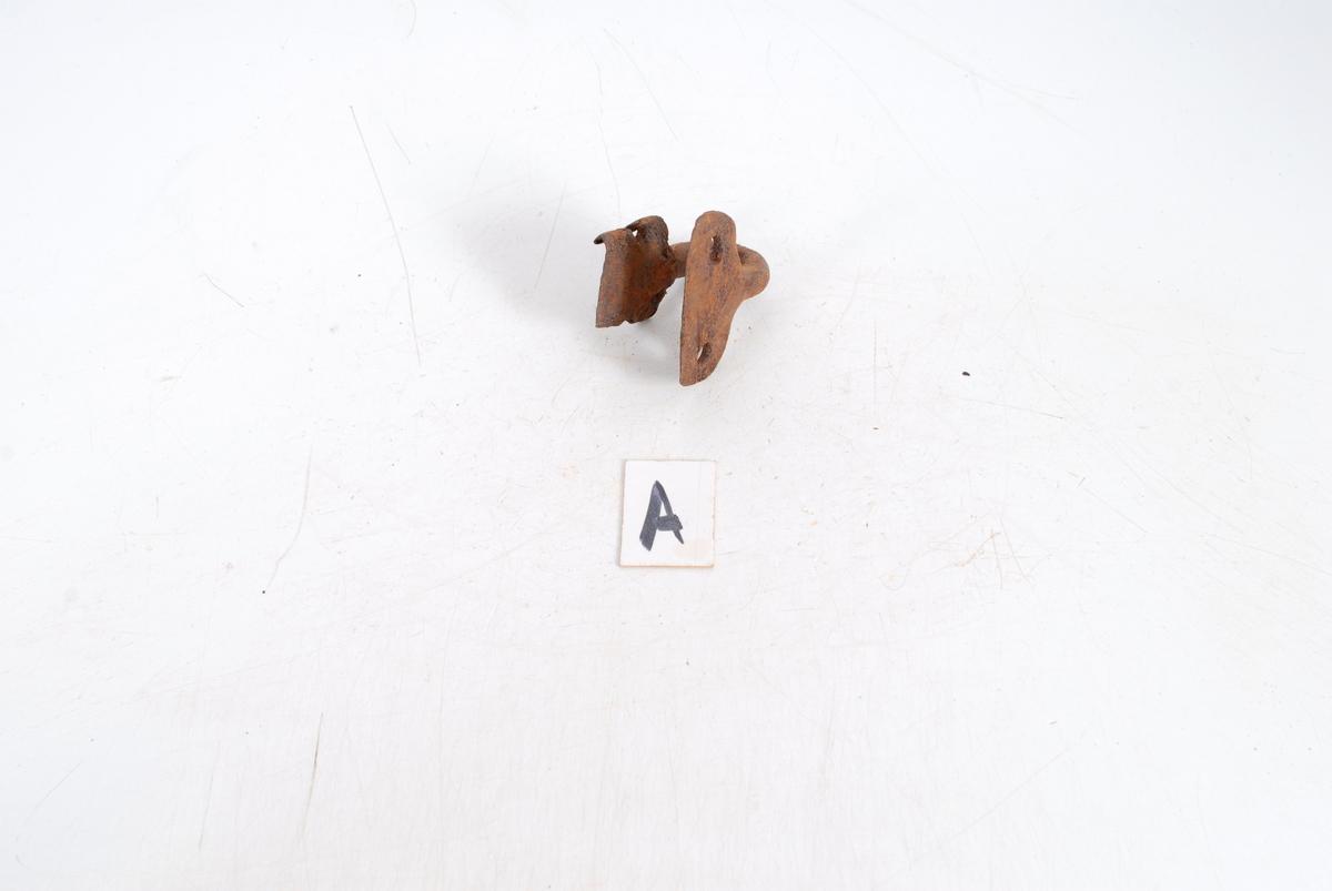 Form: Tilnærm. rundt jern, u-form. Ender: flatet ut