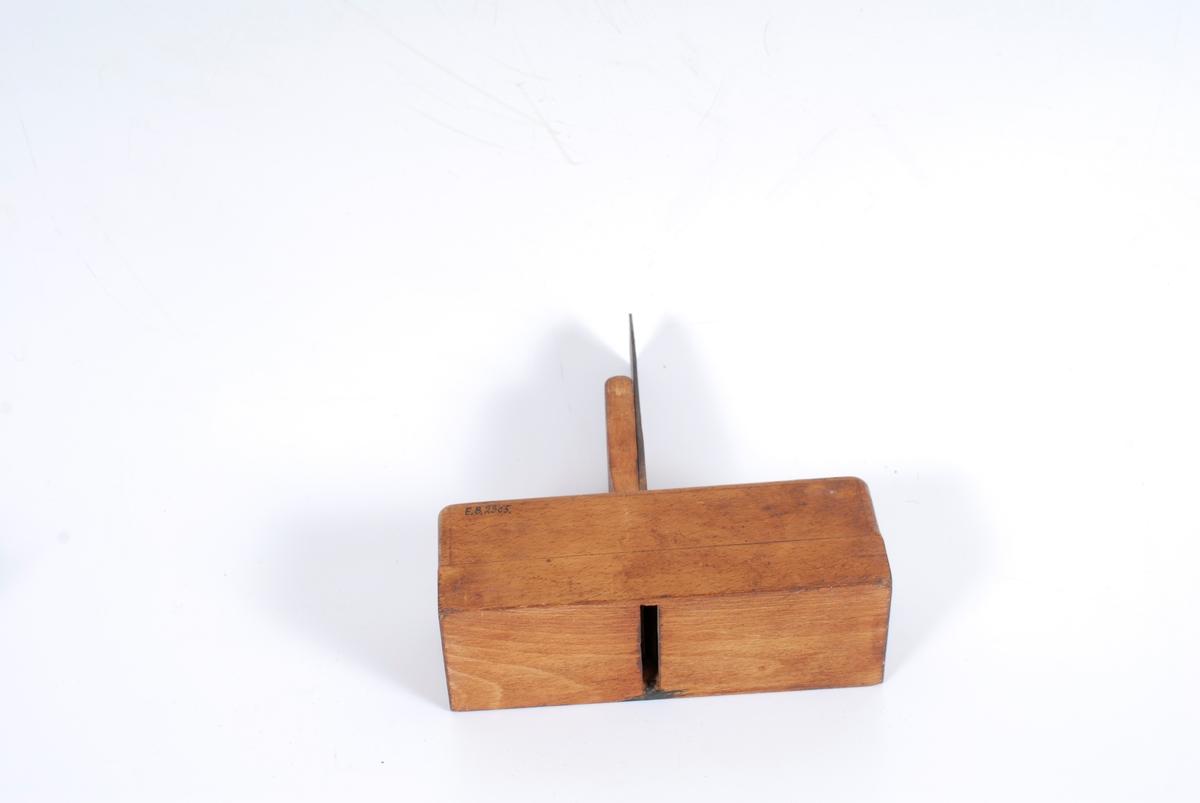 Form: Tannen står i 90 graders vinkel,
