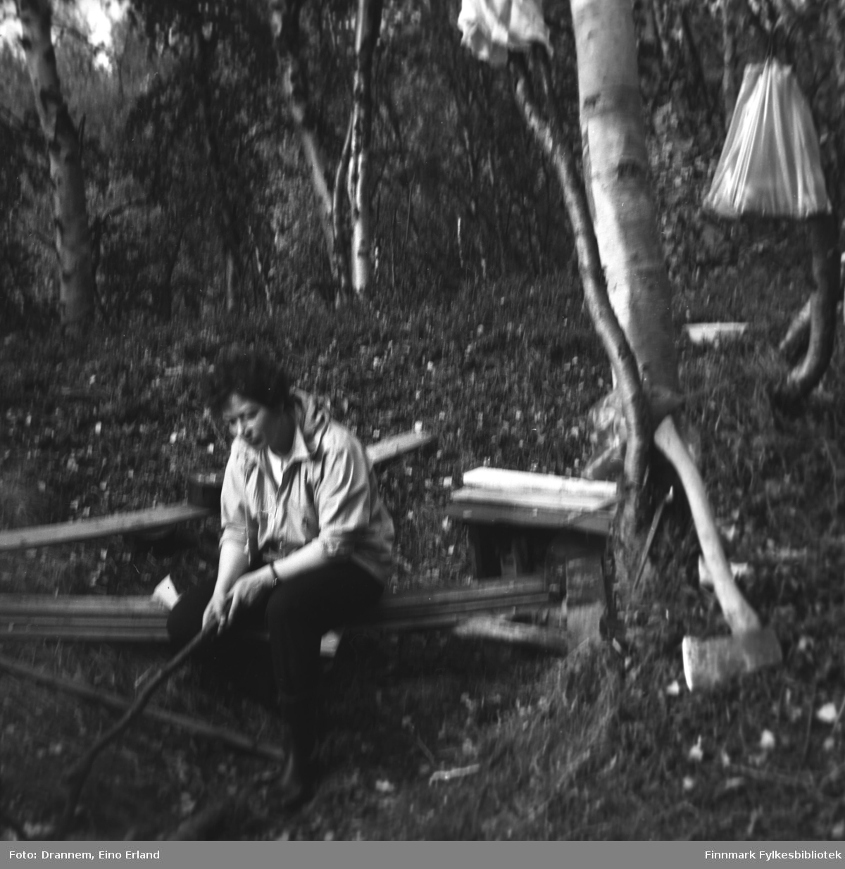 Bilde av Jenny Drannem i skogen i Neiden.
