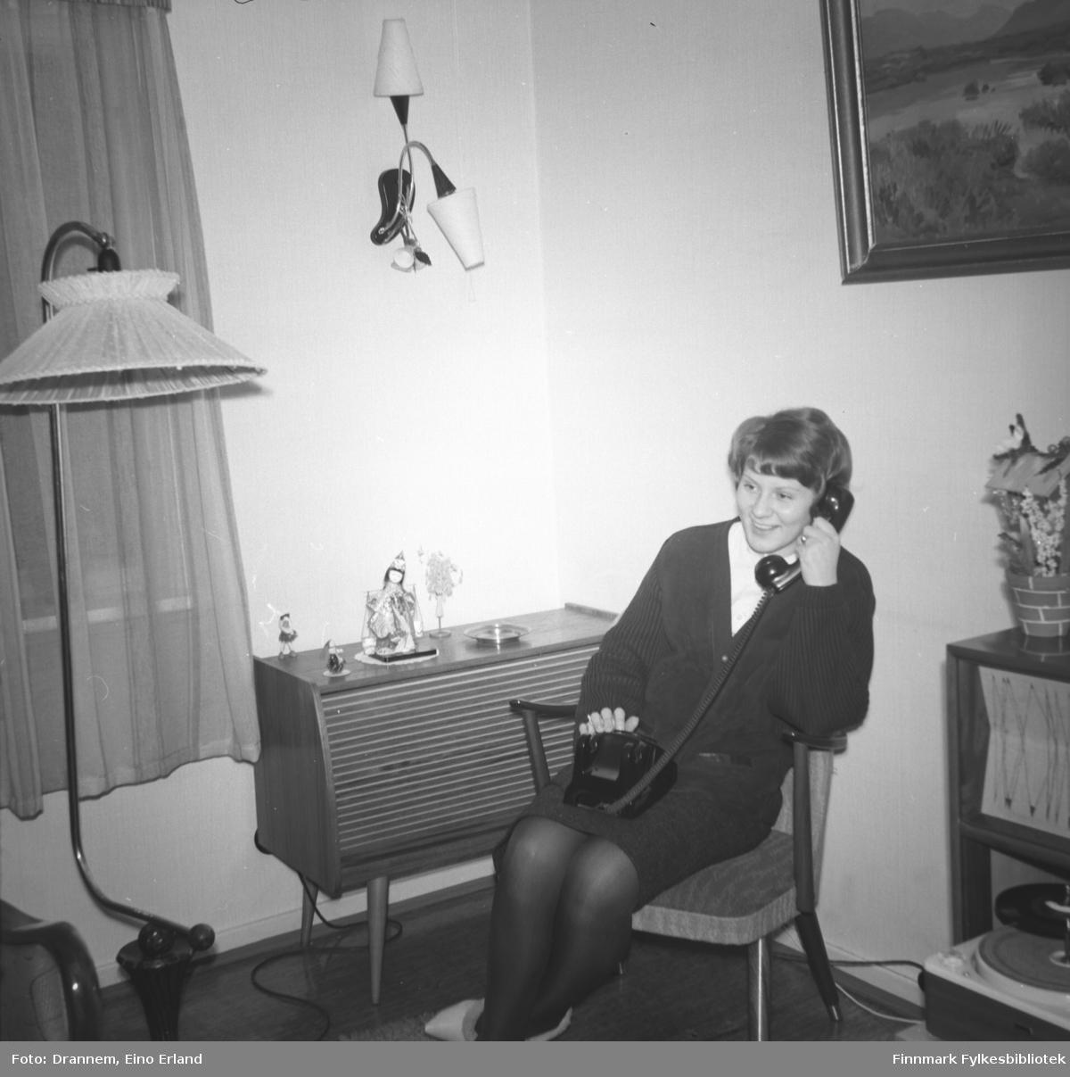 Inger Haugen sitter i telefonen hos familien Drannem i Hammerfest.
