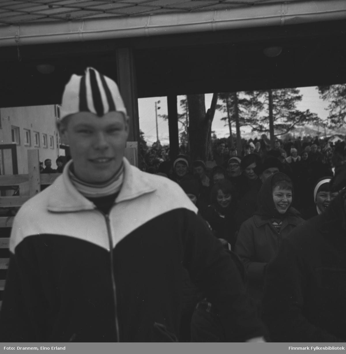 Skøyteløperen Per Ivar Moe foran en folkemengde i Alta under et skøytestevne.