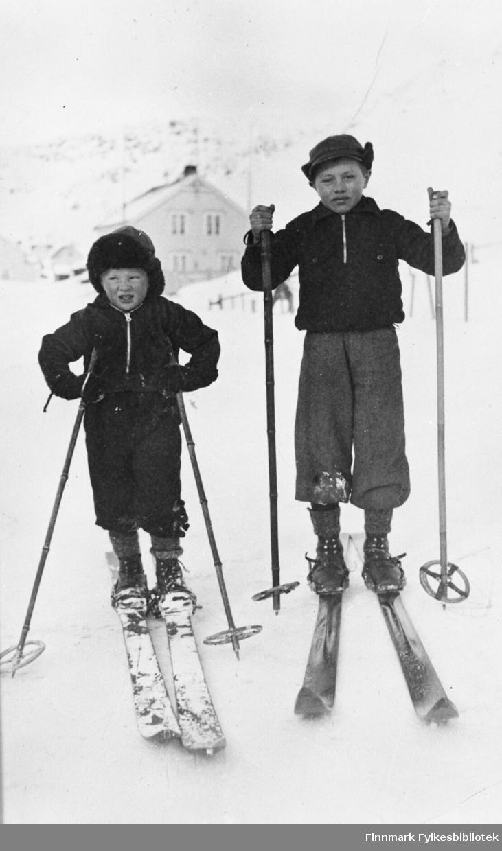 To gutter på ski, muligens fotografert i Kjøllefjord. B 5727