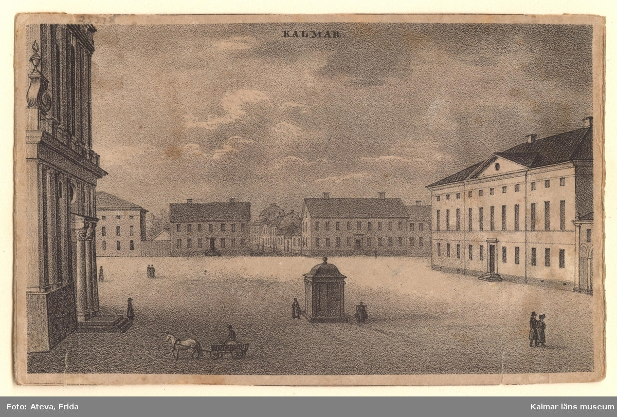 Stortorget i Kalmar, en liten bit av Domkyrkan syns längst till vänster, brunnen i centrum av torget och Rådhuset längst till höger. På torget rör sig ett fåtal personer samt en hästkärra.