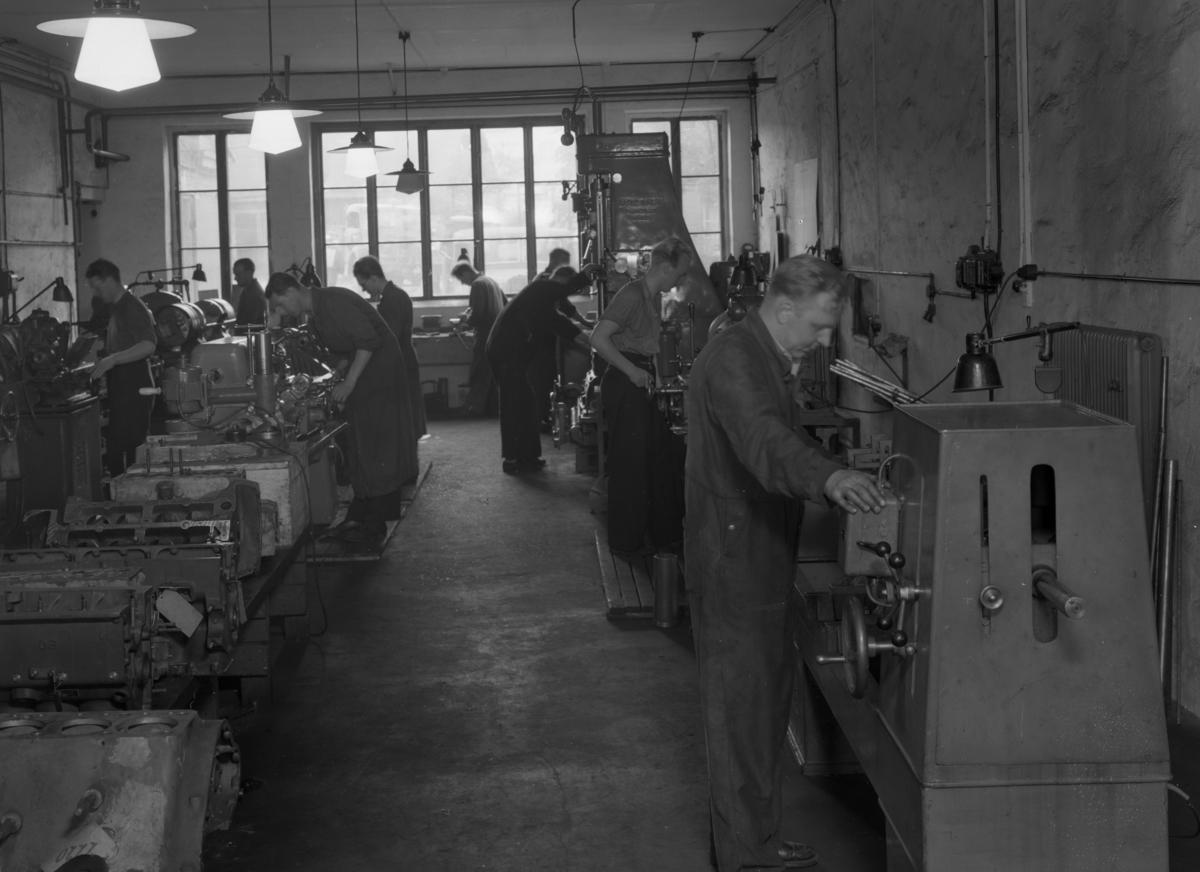 Interiör från Geijers motoraffärs verkstad. Företaget låg vid Herrgårdsgatan 17 men hade även en verkstad i glasbruksfastigheten vid Karlagatan på Herrhagen. Bilden tagen 1944.