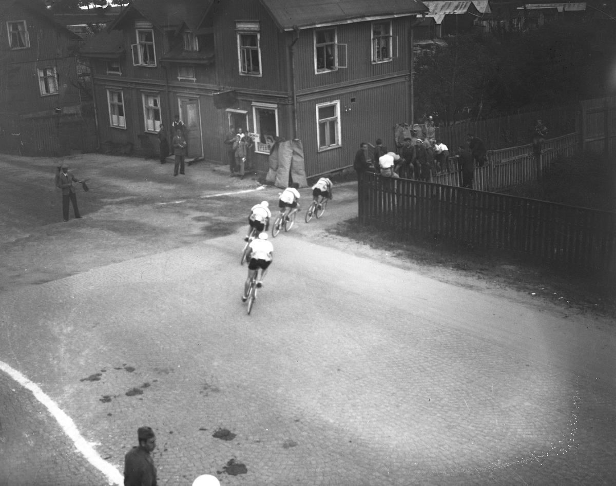 Cykelloppet Herrhagen runt 1942. Täten viker av ner mot Strandvägen.