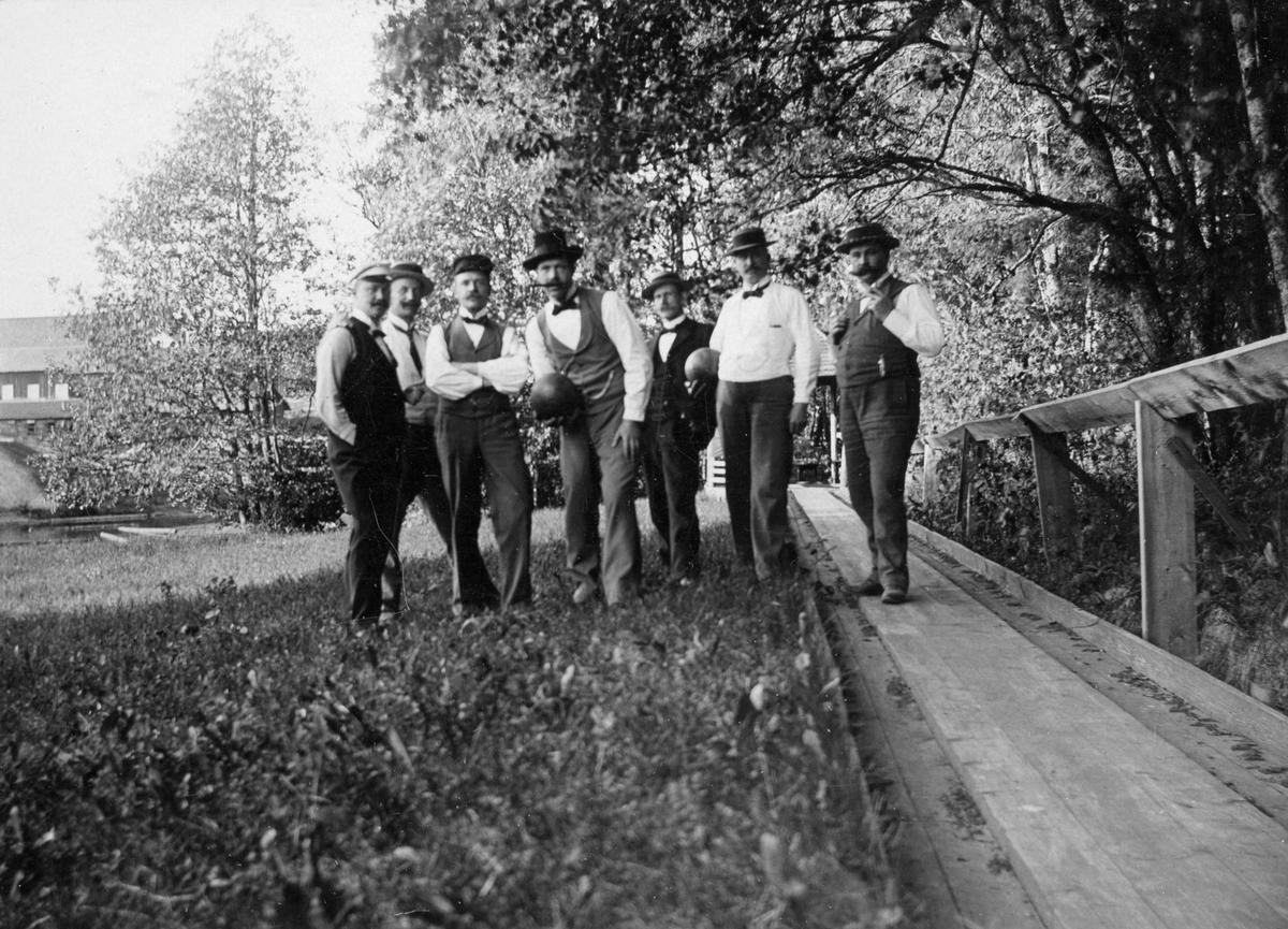 Kägelbanan vid Eda Glasbruk omkring 1900. På bilden från höger: förvaltare Strömberg, postexpeditör Fant, ingenjör Ahlqvist, förvaltare Berg, brukstjänsteman Robert Bandelin, stationsskrivare Svensson och slutligen förvaltare Ljungström.
