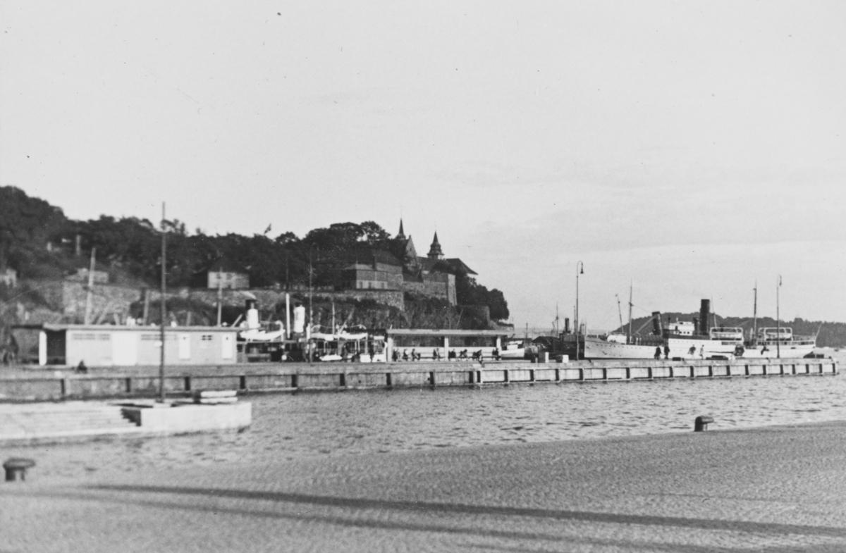 Akershus festning sett fra Rådhusplassen. Honnørbryggen til venstre.