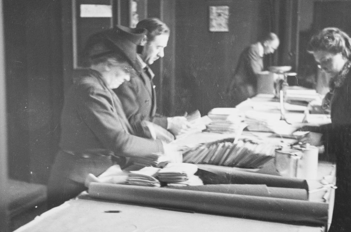 Sortering av post på Røde Kors' kontorer ed ambulanseflyets avgang til Nord-Norge.