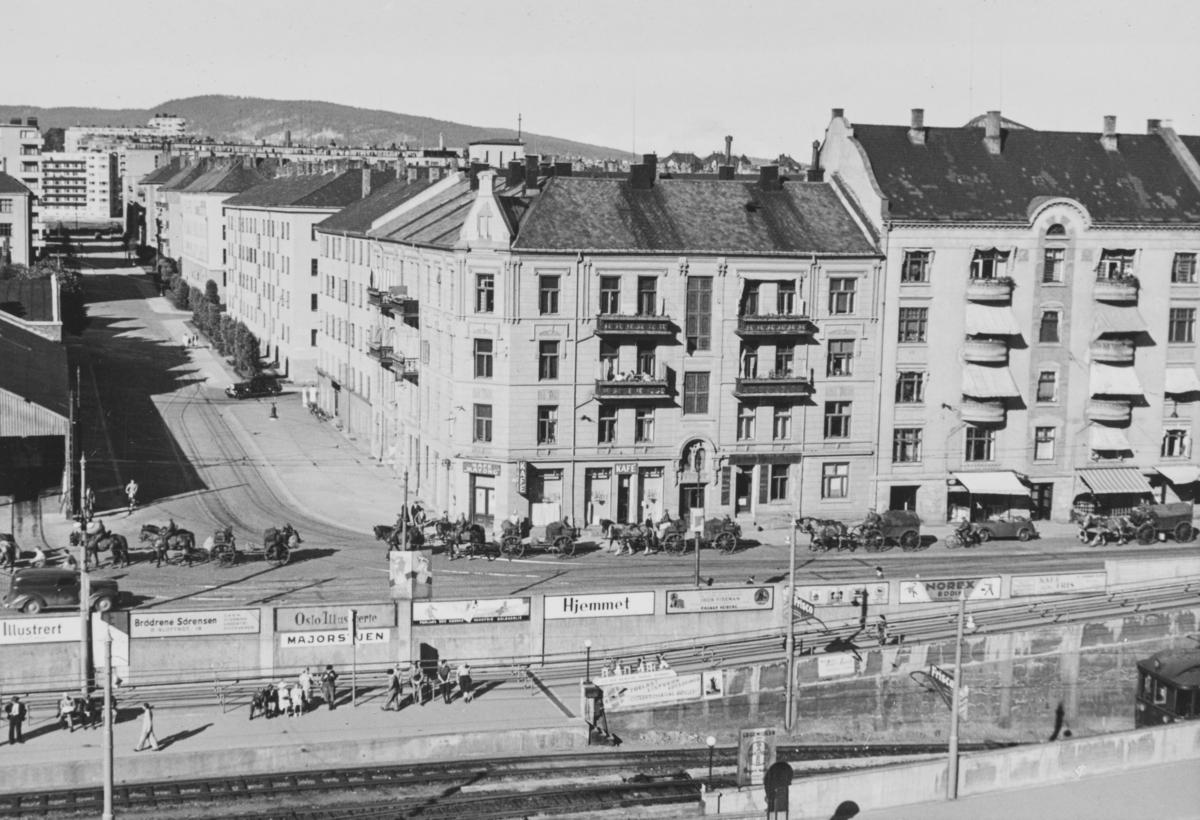 Majorstuen stasjon på Holmenkolbanen. I bakgrunnen tyske tropper, på vei oppover Slemdalsveien.