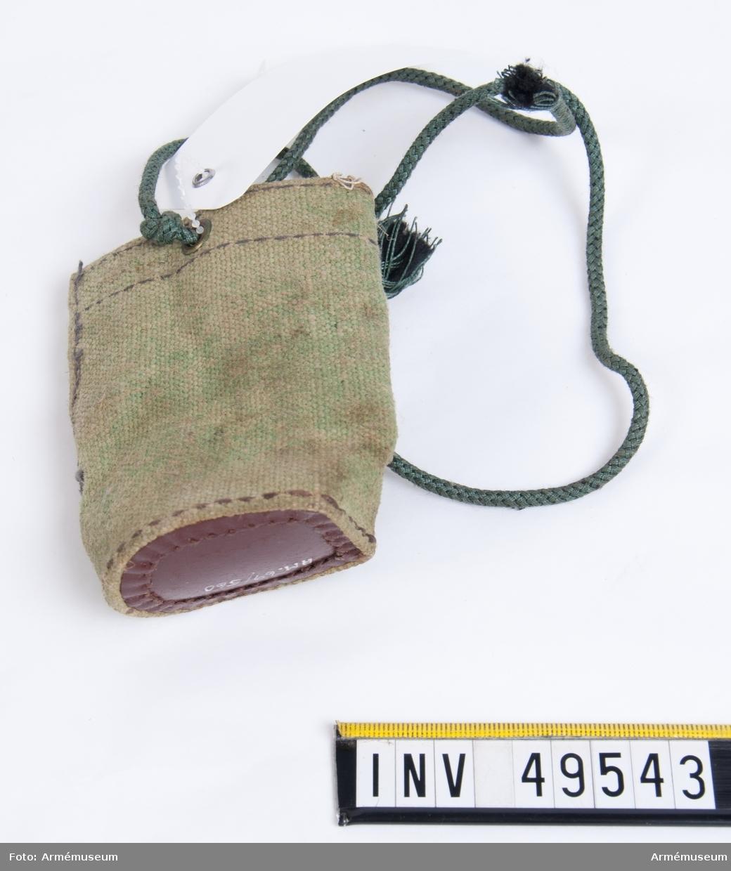 Grupp E X. Tillbehören består av  förpackningslåda, mekanismfodral, mynningsfodral, gevärsrem,  axelstöd, väska innehållande rengöringsverktyg och  anteckningsbok.