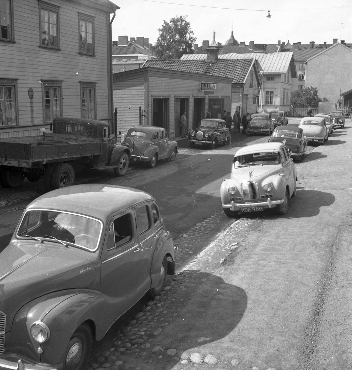 Austin bilar från mitten av 1950 talet utanför Gösta Erikssons Bil AB, som hade verkstad på Vågskrivargatan 7.