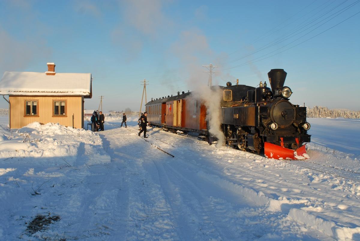 Julekjøring på museumsjernbanen Urskog-Hølandsbanen, Tertitten. Damplokomotiv nr. 7 Prydz med tog på Fossum stasjon.