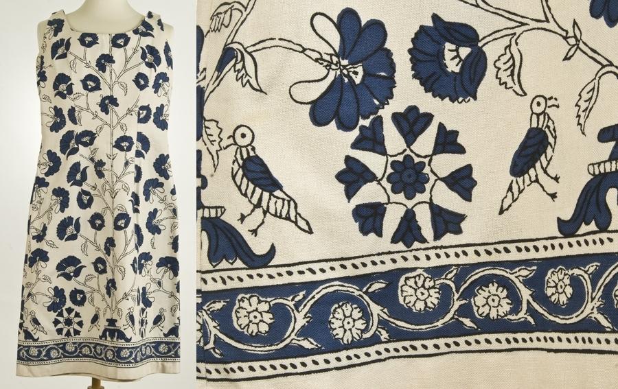 Sommerkjole. Knekort uten ermer, dyp halsringing, tre bredder, sidesnitt og ryggsnitt. Trykt blomstermønster, rankebord nederst.