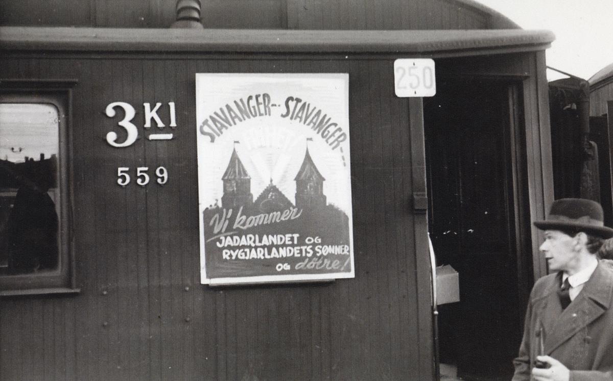"""Reklame for """"Jadarlandet og Rygjarlandets sønner og døtre"""" på NSBs personvogn Co3c nr. 559."""