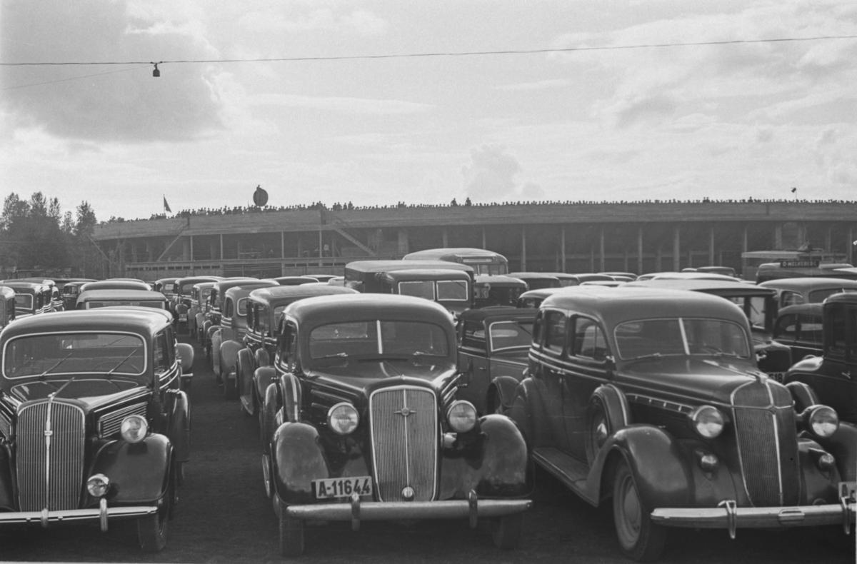 Parkerte biler ved Ullevål stadion. Landskamp Norge-Sverige. Norge vant 2-1.