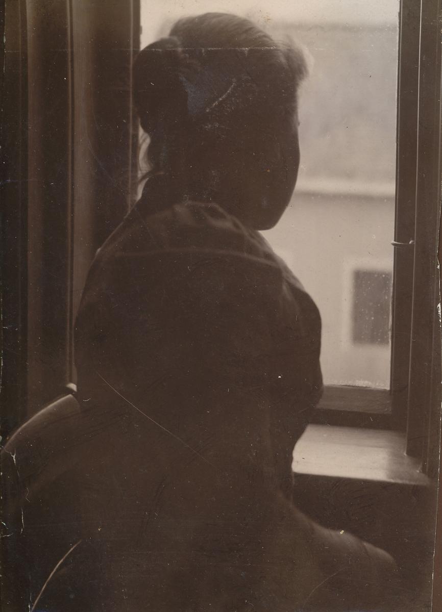 Portrett av jente ved vindu.
