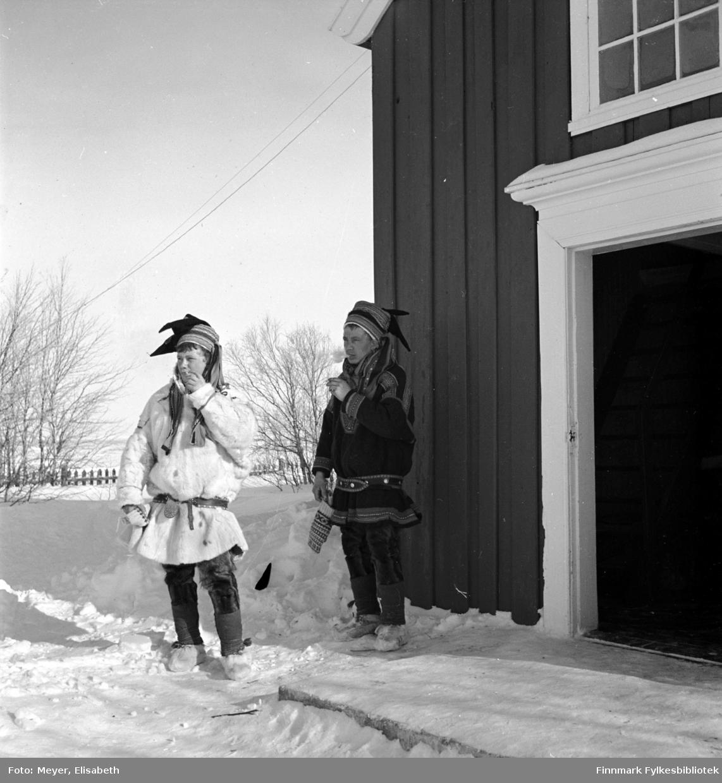 Røyekpause utenfor Kautokeino kirke. To unge samiske gutter i sin fineste stas. Navn ukjent.