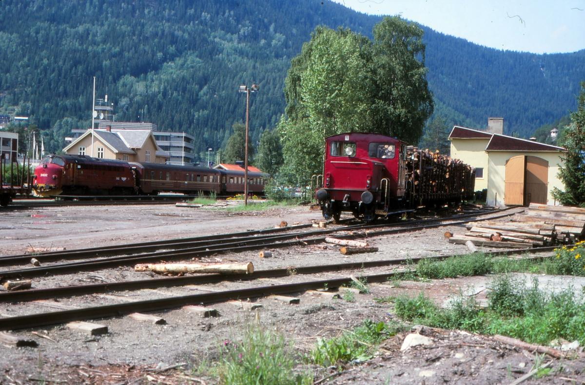 Fagernes stasjon. Spor til svingskive og lokomotivstall. Skiftetraktor type 220a. I bakgrunnen står persontog til Oslo S med lokomotiv type Di 3.