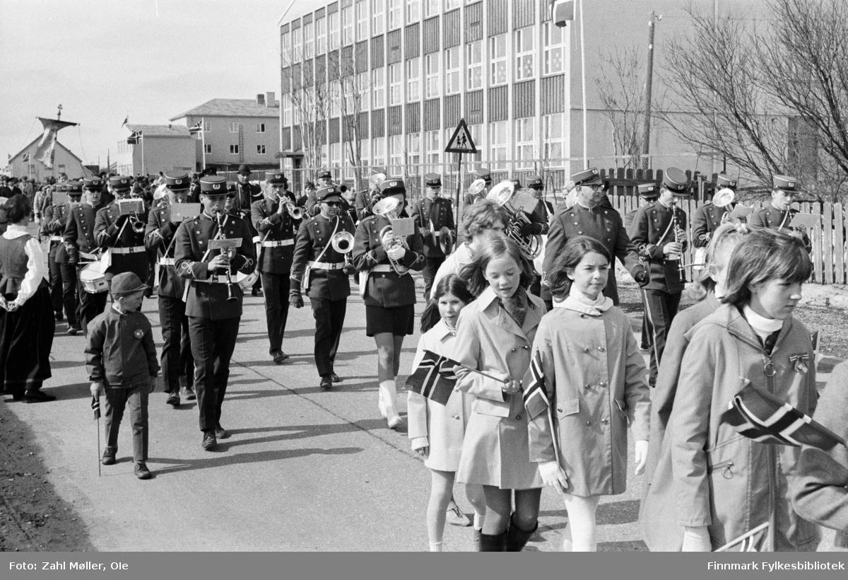 Vadsø 17.5.1969. Barnetog og  Vadsø skolemusikk på 17.mai. Fotoserie av Vadsø-fotografen Ole Zahl-Mölö.