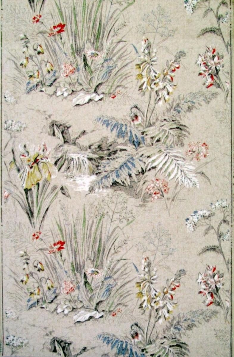 Ett stort naturalistiskt blommönster i flera pastellfärger på en beigevit melerad bakgrund.
