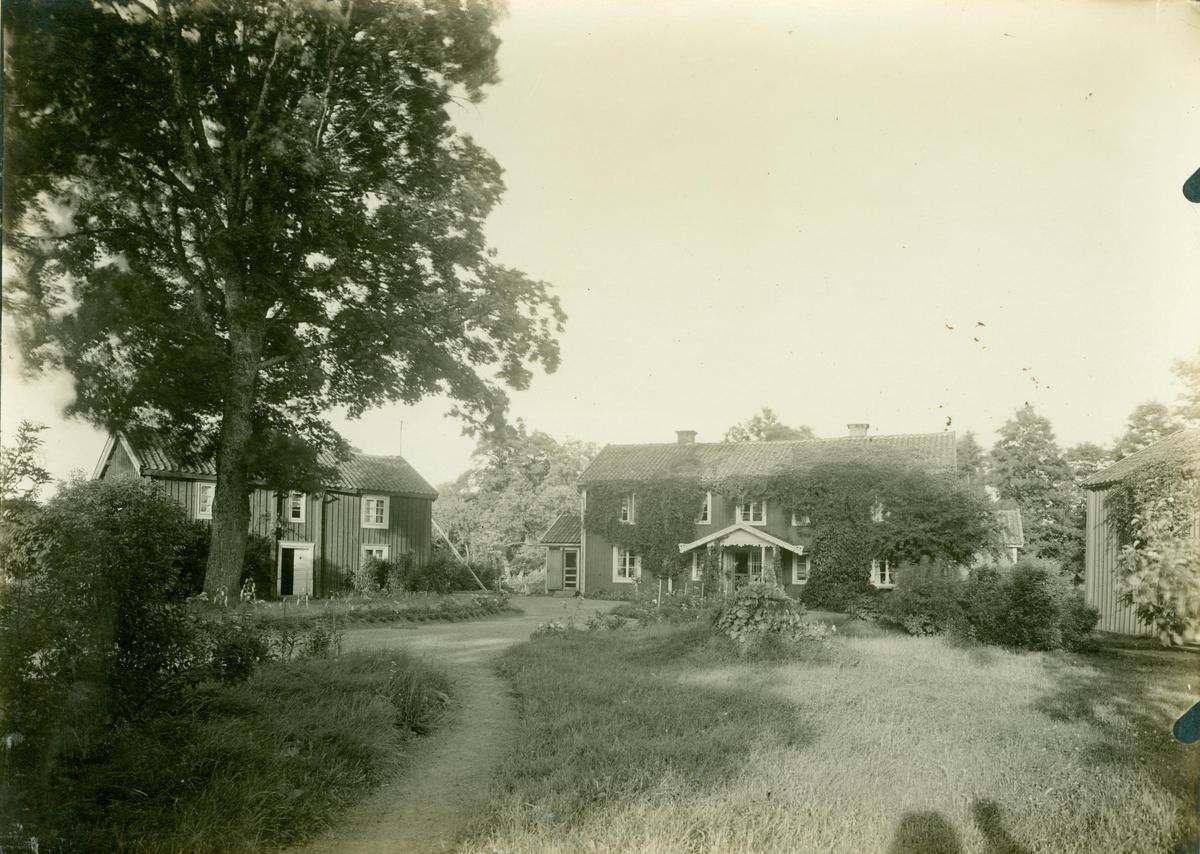 """Huvudbyggningen och flyglarna på Kristvalla gamla prästgård i södra Gunnabo. Till vänster:  """"Kandidatflygeln""""."""