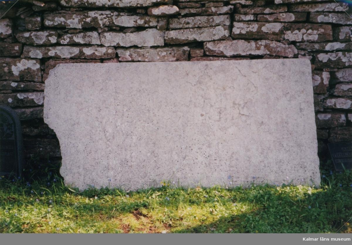 Ventlinge kyrka, nära Ölands sydspets, på sluttningen av västra landborgen, består av ett rektangulärt kyrkorum med kor och utbyggd sakristia i öster och torn, av samma bredd som långhuset, i väster. Vapenhuset ansluter till långhusets sydvägg; väster om detta finns en markerad portal vilken sägs vara av samma ålderdomliga slag som nordportalen i Resmo kyrka. I Ventlinge finns också två fint skulpterade stenskivor från 1200- eller 1300-talet, den ena inmurad i östra gaveln, den andra placerad på tornvinden. Dessa kan ha ingått i ett par gravmonument. Genom vapenhuset och tornet i väster når man det tunnvälvda kyrkorummet, som belyses av stora segmentbågiga fönster. Östväggen upptas av en altarpredikstol med målning av N. J. Jonsson. Det finns även en äldre altartavla troligen målad 1743 av Eckhoff. På norra långväggen en kalkmålning från 1400-talet, förställande ett skepp - möjligen är det fråga om Sankt Olofs seglats.