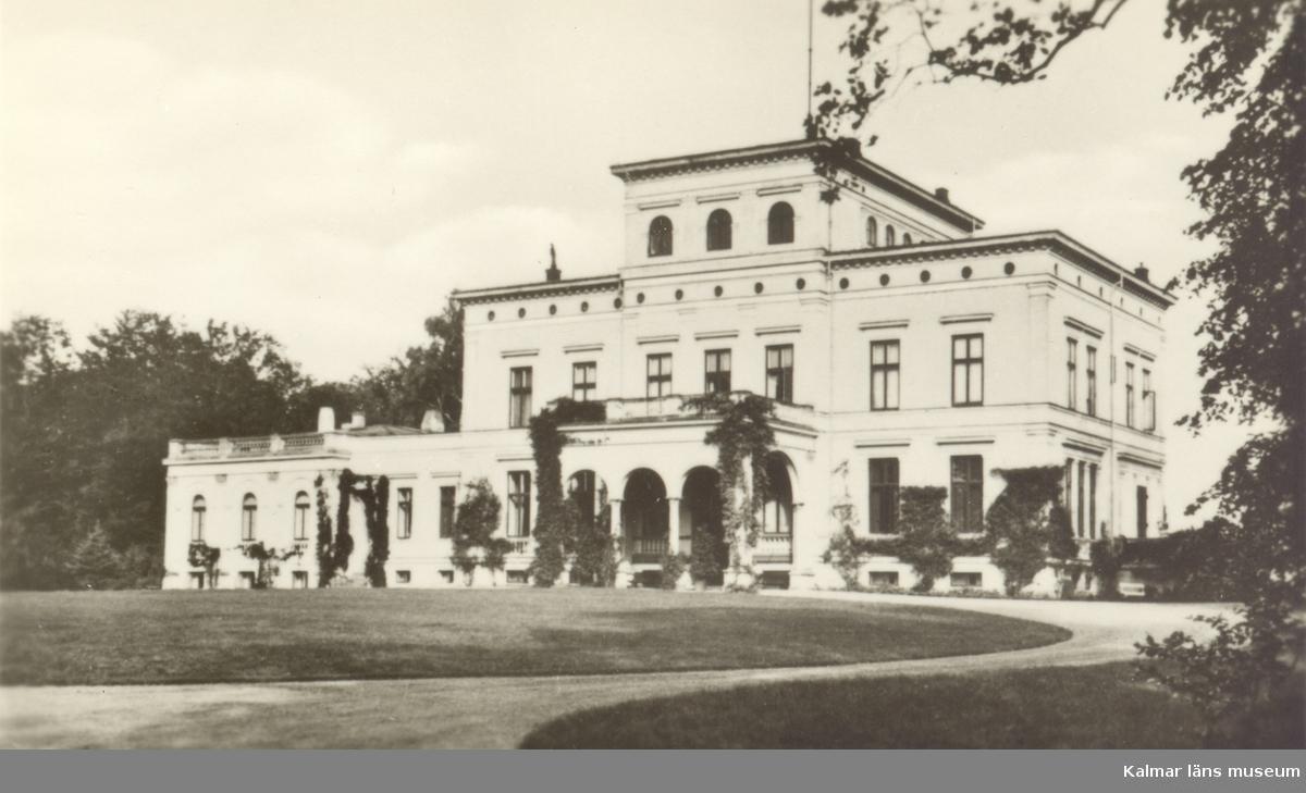 Slottet i Bellinga är uppfört på 1800-talet I engelsk stil av friherre K. Hoch - schild.  Ägare: Grevinnan Hedvig Piper.