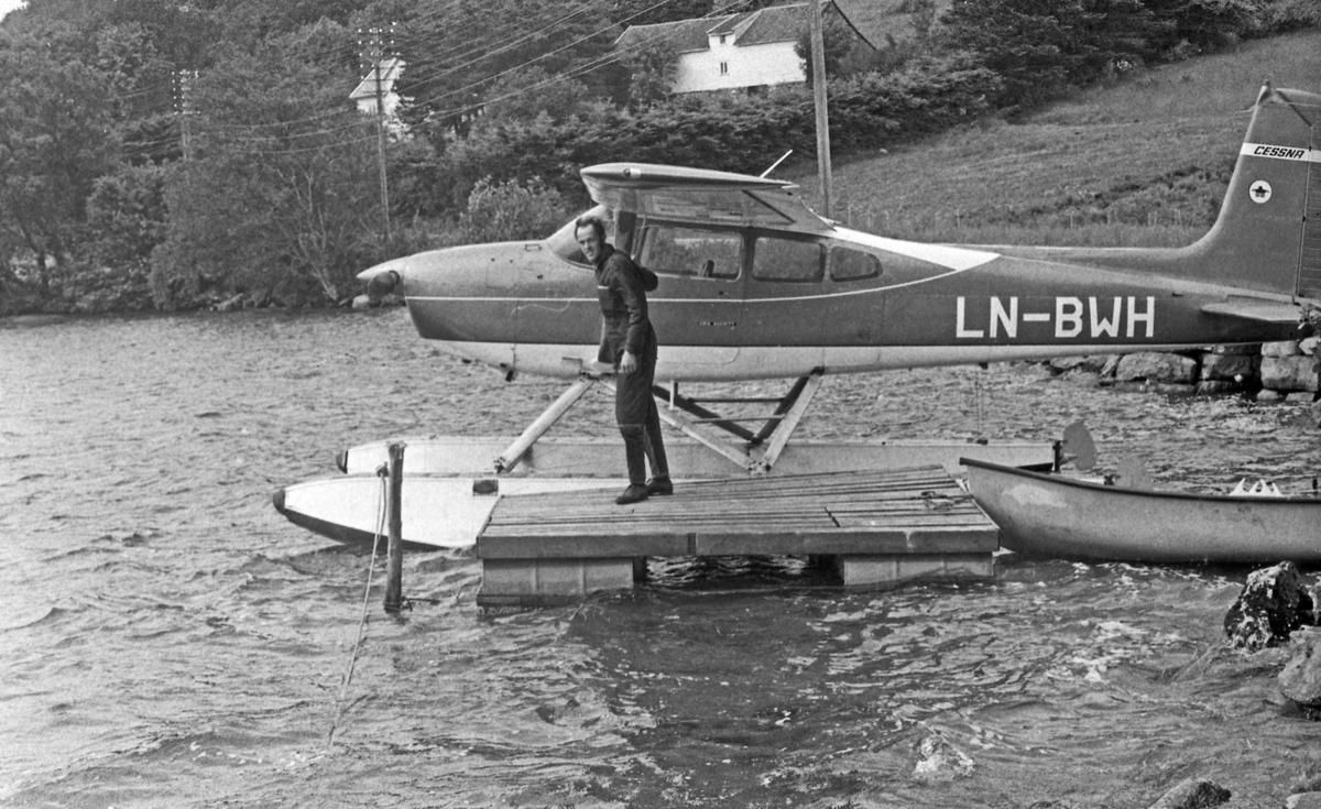 Flyfoto. Foto tatt med sjøfly av Haugesund. Forskjellige motiv. Sjøflyet og pilot tar pause i Førrefjorden.