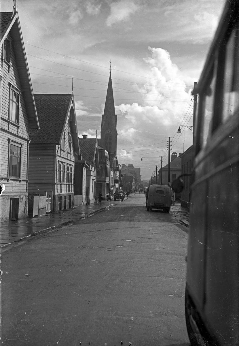Skåregata sett mot sør. Vår Frelsers Kirke til venstre. Breidablikk skole i bakgrunnen til venstre. Postkontoret til høyre.