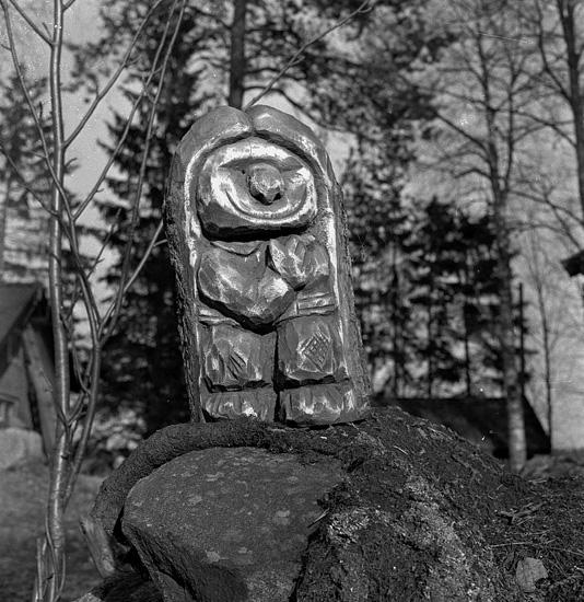 Thure Elgåsen. f.26/6-1910. d. 6/9-1985. Tivedenkännare, konsthantverkare, scoutledare och hembygdsföreningsman.Övrig information se personarkiv i Västergötlands museum, Skara.