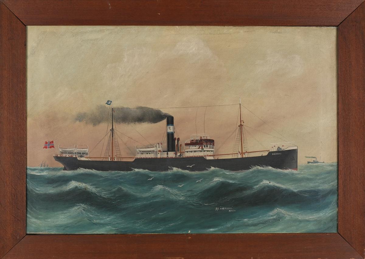 Skipsportrett av DS NÆRØDAL under fart i åpen sjø. Ser et annet dampskip i horrisonten forut for baugen. Fører norsk flagg akter.