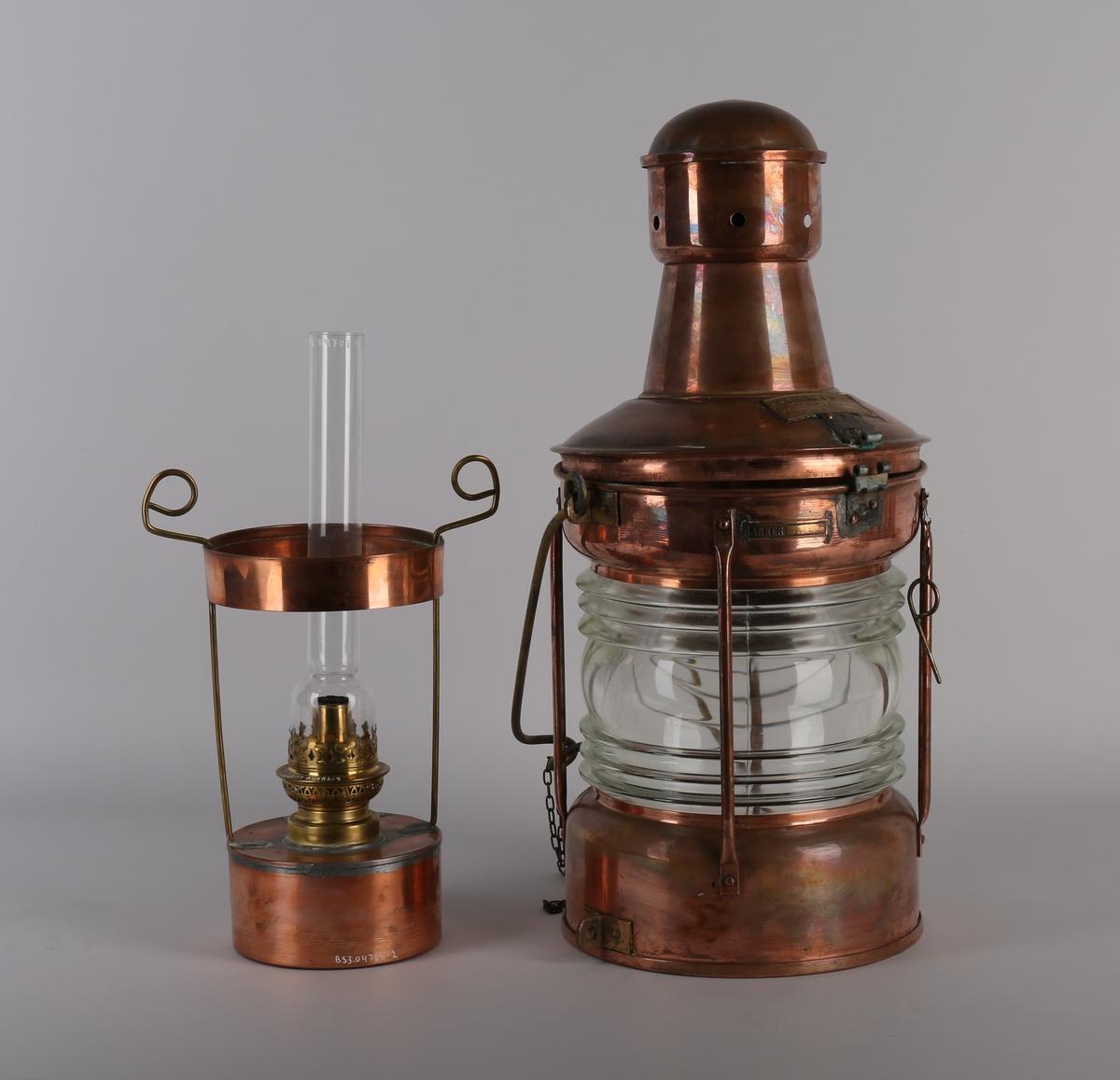 Ankerlanterne i kobber med parafinbrenner. Rund med hank for opphenging og åpning på topp for å komme til parafinbrenneren.  Klart lampeglass med profiler.