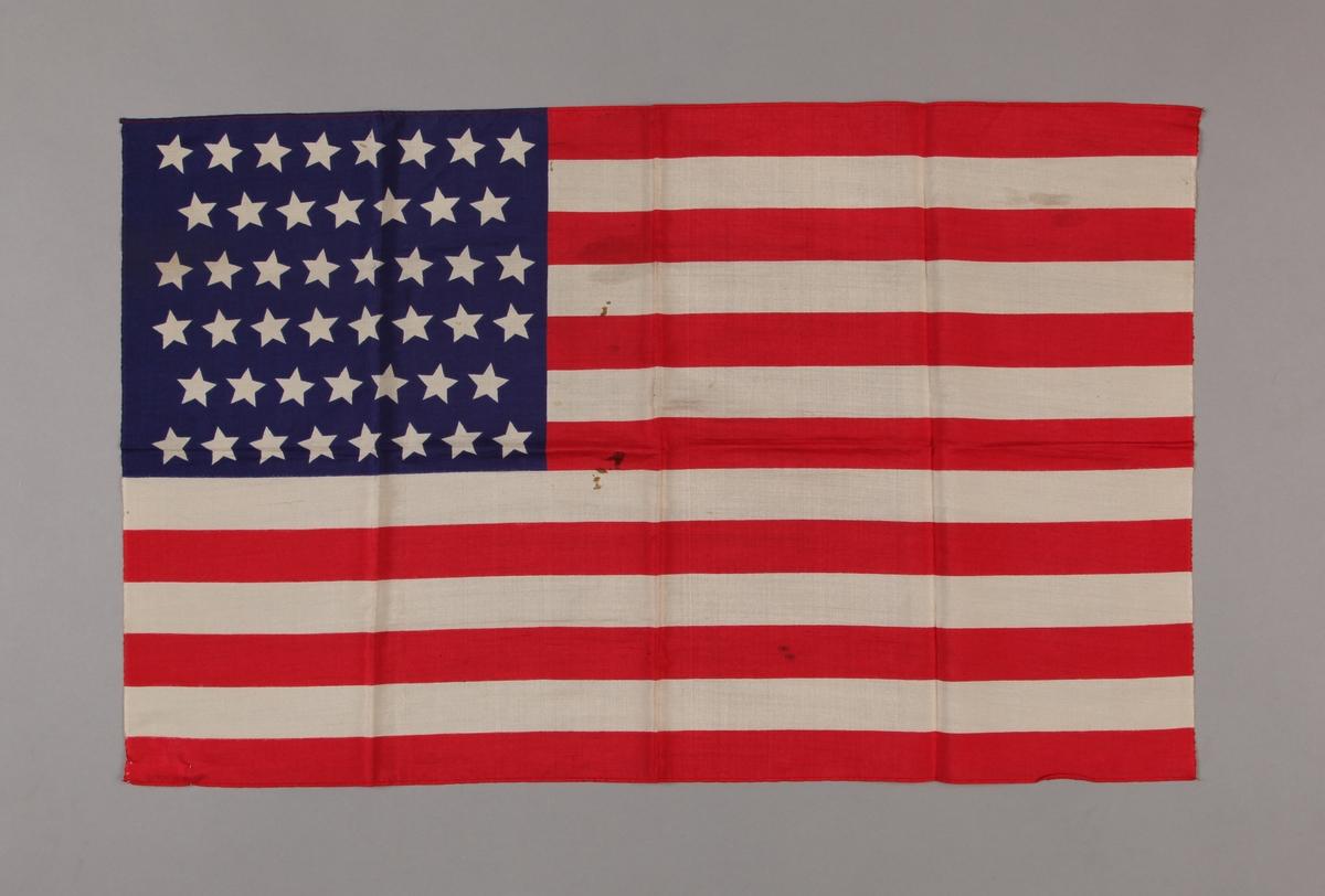 Amerikansk silkeflagg med 46 stjerner.