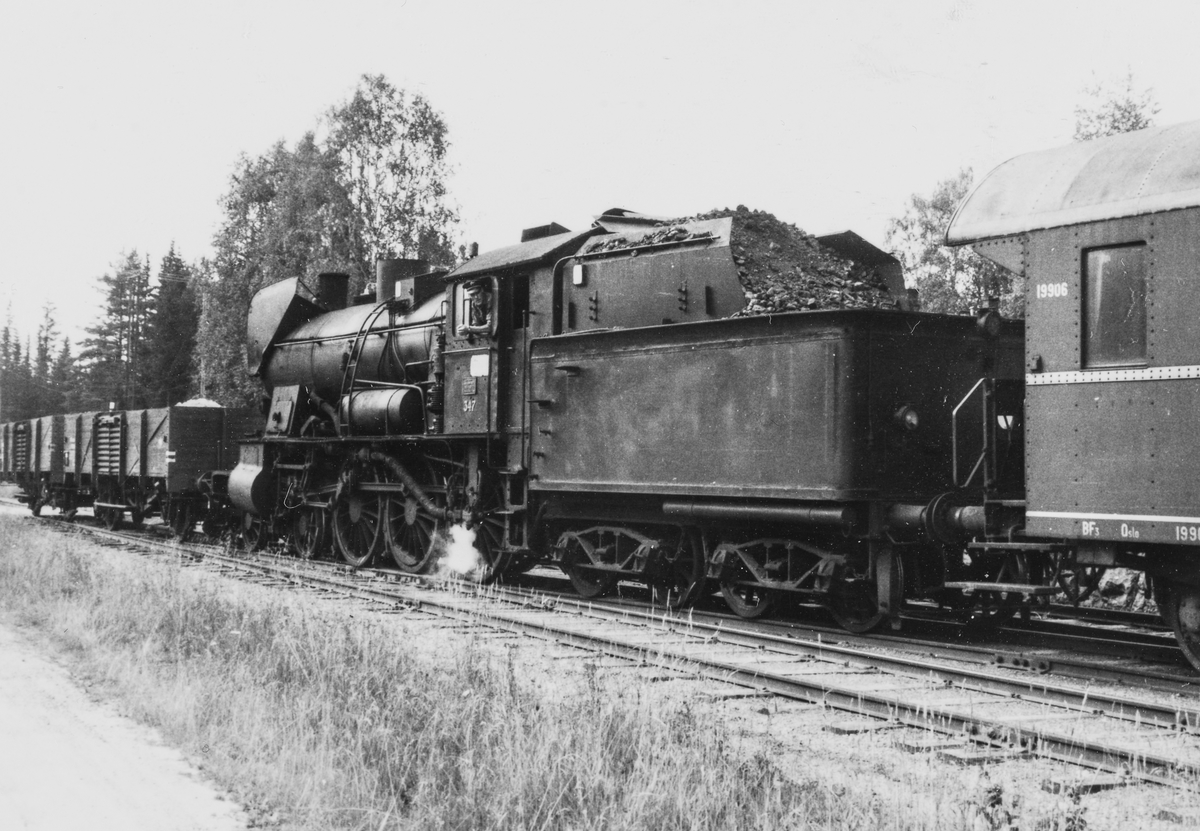 Godstog til Skreia på Bøverbru stasjon trukket av damplokomotive type 30b 347.