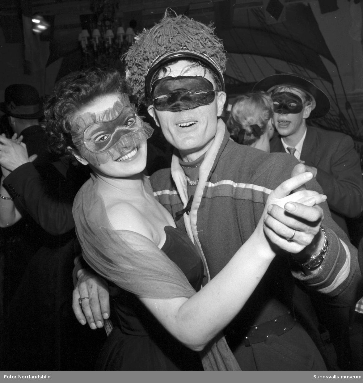 Maskerad med underhållning, dans och olika varianter av maskeradkostymer på Knaust.