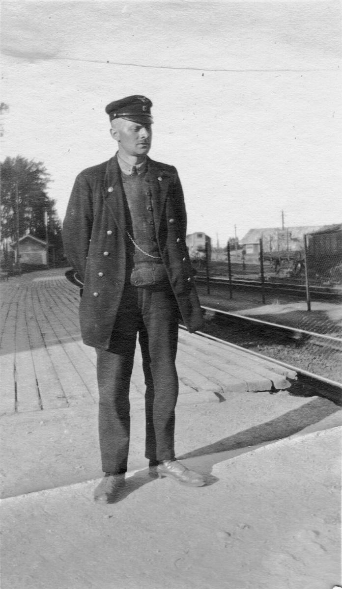 Stasjonsbetjent på Grorud stasjon.