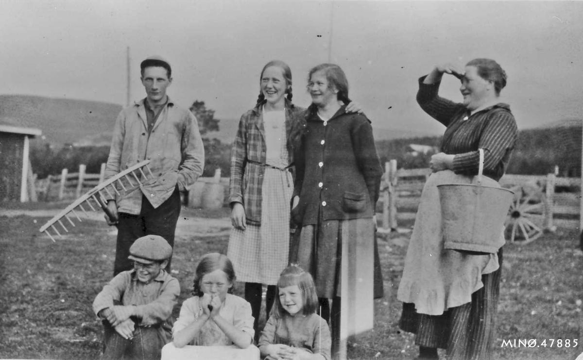 Fremst : Sigmund Talleraas f. 1911, Laura Tallerås f. 1914, Magnhild Tallerås f. 1917. Bak: Petter Brandsnes, Marit (Tulla) Tallerås, Emilie Rogstad, Mari S. Tallerås f. Husom.