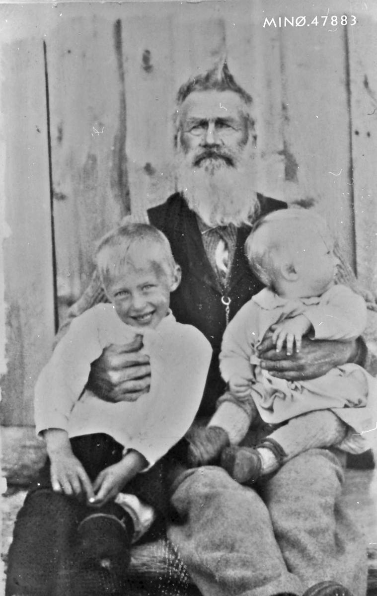 Pål Kvannsletten f. Husom (1841 - 1927), med barnebarna Kåre (t. v. ) f. 1916 og Samuel f. 1920 (t. h. ).