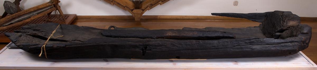 Stokkebåt,  flatbunnet og laget av en furustamme.