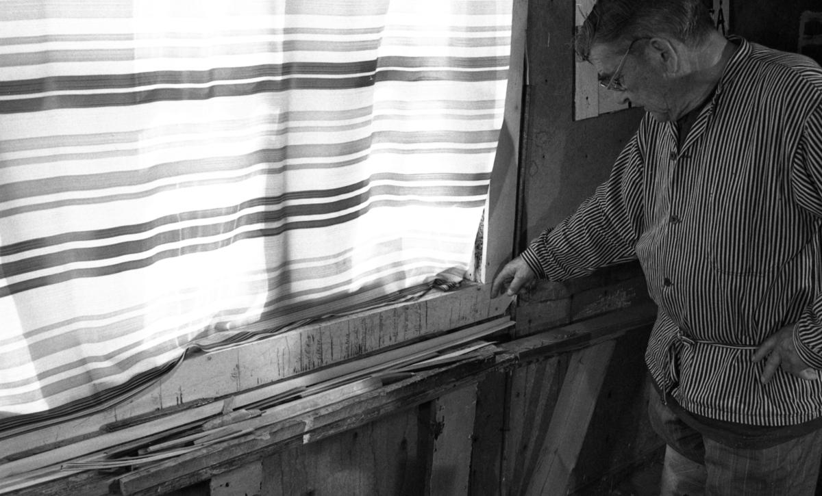 Einar Nilsen måler opp bånd ved Nilsens kurvfabrikk