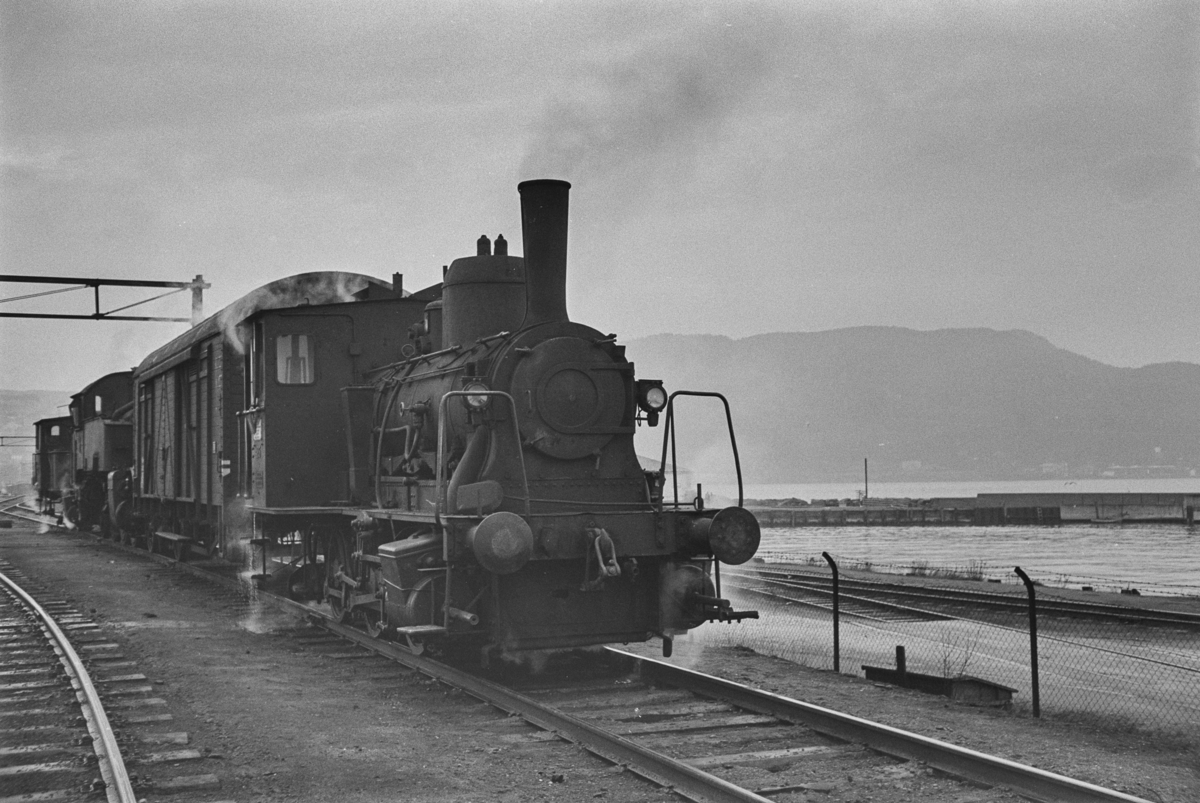Damplokomotiver i skiftetjeneste på Trondheim stasjon. Nærmest type 25e nr. 485, en godsvogn type G4, type 32a nr. 291 og type 25a nr. 223.